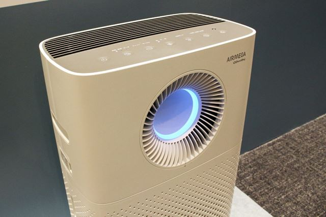 前面から部屋の空気を吸い込み、選択した気流に合わせて上部と前面から風を放出します