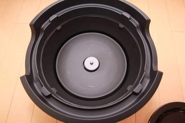 かまどさん電気の土鍋の底には本体とつなぐセンサーが埋め込まれています