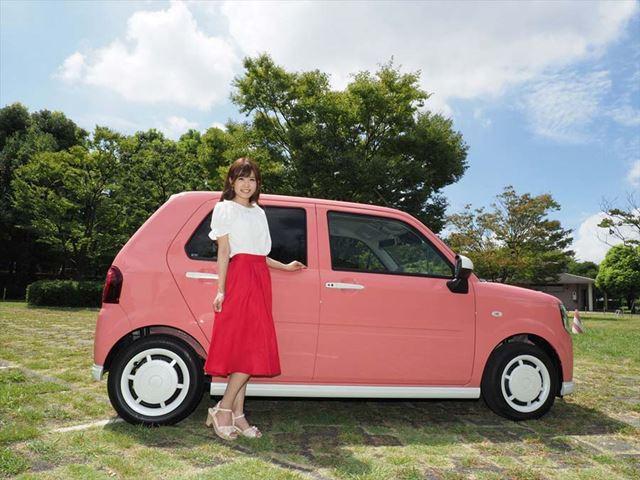 ダイハツの新型車「ミラトコット」とオウルテックレディの宮瀬七海さんを、12mm (広角端)で撮影。