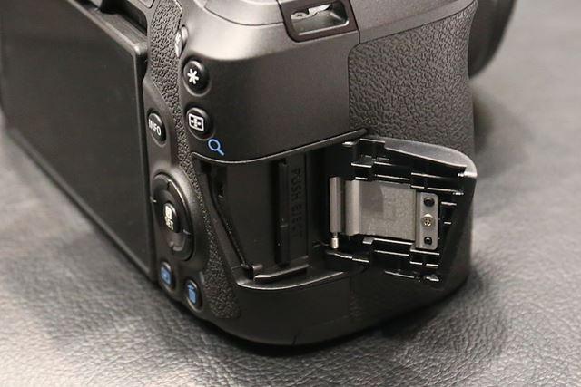 シングルタイプのSDメモリーカードスロットを採用。UHS-II、UHS-Iカードの利用に対応している