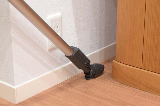 「子ノズル」を使えば、壁と家具の狭いすき間もスムーズに掃除できる