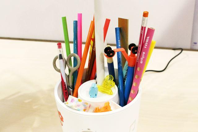 ベース部は、ペンや小物を入れておける構造となっています