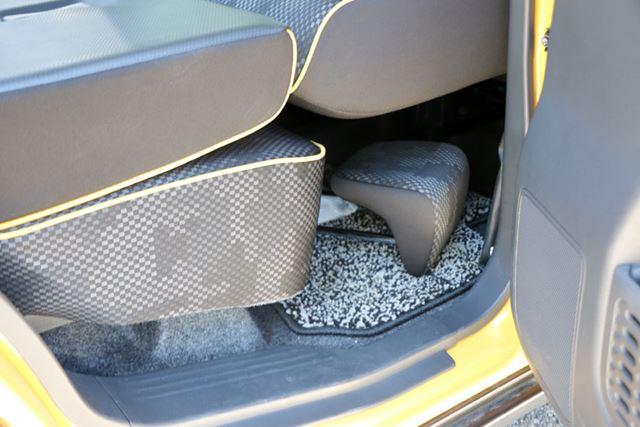 シートをフラットな状態にする際に置き場に困ることも多いヘッドレストは、シート下に収納することができる