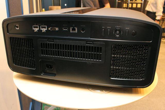 DLA-V9Rの本体サイズは500(幅)×234(高さ)×518(奥行き)mmで、重量は21.8kg