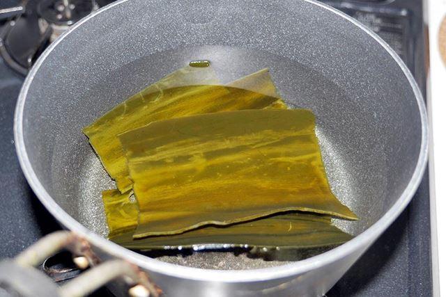 まず、鍋に水を張って、昆布を30分程度つけておきます