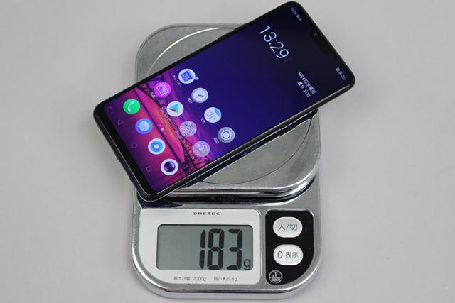 SIMカードとmicroSDメモリーカードを装着した状態で計測した重量は183g