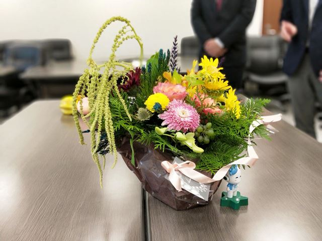 中央の花にピントを合わせ、背景をぼかした。花と背景の境界部分の自然な処理に注目したい