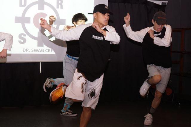 会場では新製品の耐久性や機能性をダンスで表現するパフォーマンスも行われた