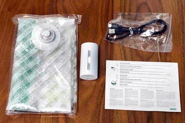 パッケージの中には、本体と専用圧縮袋(Mサイズ)、micro USBケーブル、取扱説明書が入っていました