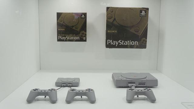 「プレイステーションクラシック」と初代「プレイステーション」。コントローラーの大きさはほとんど同じ