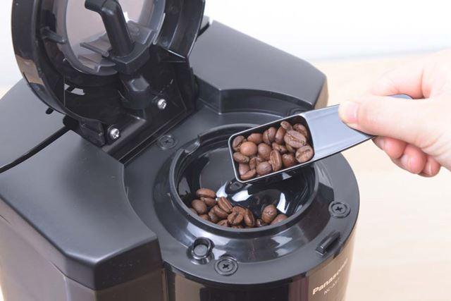 続いて豆容器に豆を投入。もちろん、豆からではなく、コーヒー粉からドリップすることもできる