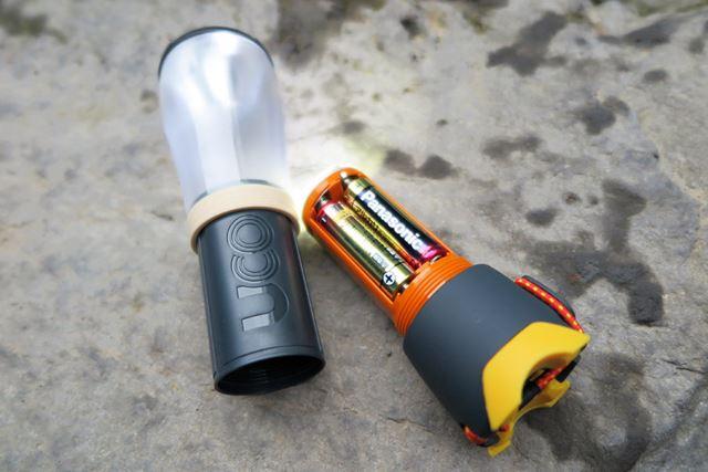 ホヤの部分を取り外した状態。単3形アルカリ乾電池4本が並んで直立するので、使用時の重量バランスがいい