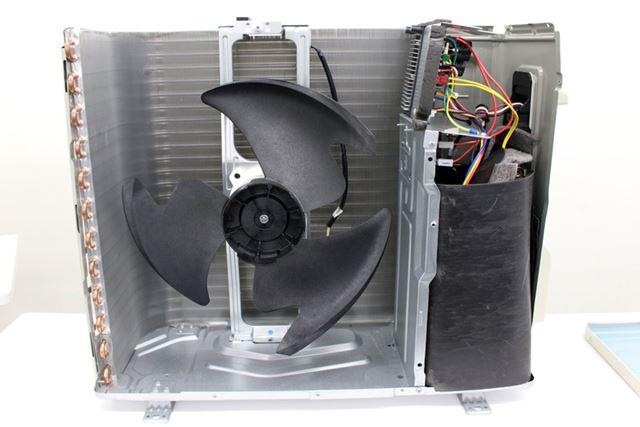 室外機の内側をぐるりと囲んでいるのが熱交換器。熱交換器の中にある銅製のパイプの中を冷媒が通っています