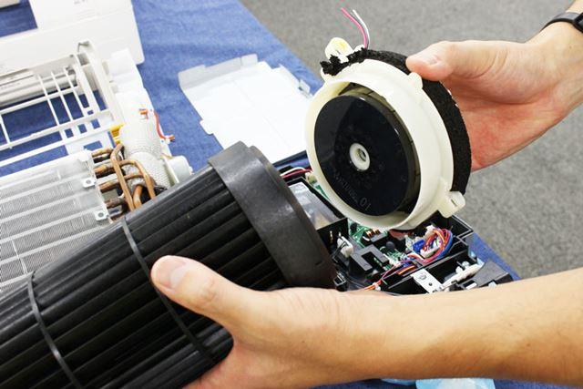 ファンの側部には磁石が装備されており、この磁石を使ってファンを回転させています
