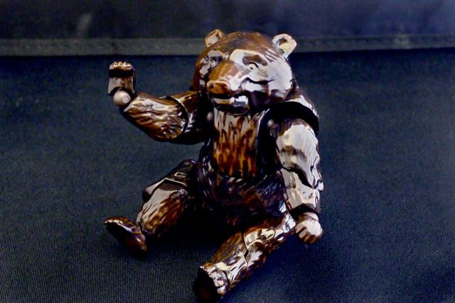 お座りポーズもご覧のとおり。もはや木彫りの熊感ゼロです
