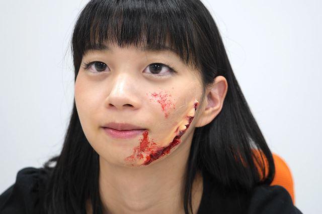 最後に、先ほどの「スティップルスポンジ」で血しぶき感を出したら完成です