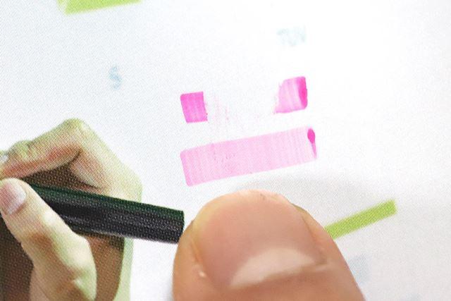 上は従来インク、下は「Q-DRYインク」。筆記から数秒後に指でこすると、乾燥の度合いが一目瞭然