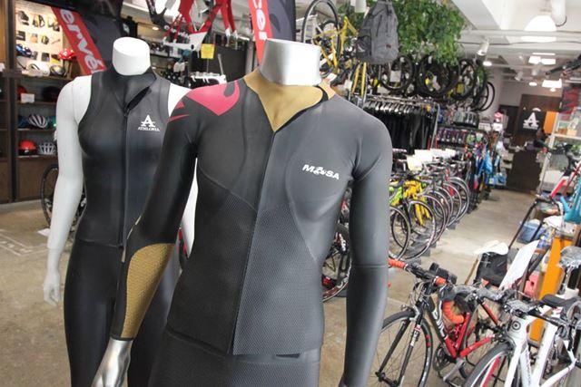 「アスロニア」には、同店オリジナルのトライアスロン用ウェットスーツ(左)もそろえる