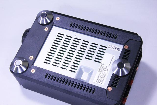 本体底面には3点支持の真鍮インシュレーターを装備