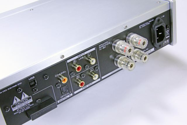 「AI-503」の背面インターフェイス部。Bluetooth接続用のアンテナもこちらに用意されている