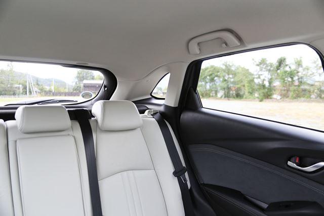 マツダ「CX-3」は、デザイン優先のため、斜め後方の視界は見づらい
