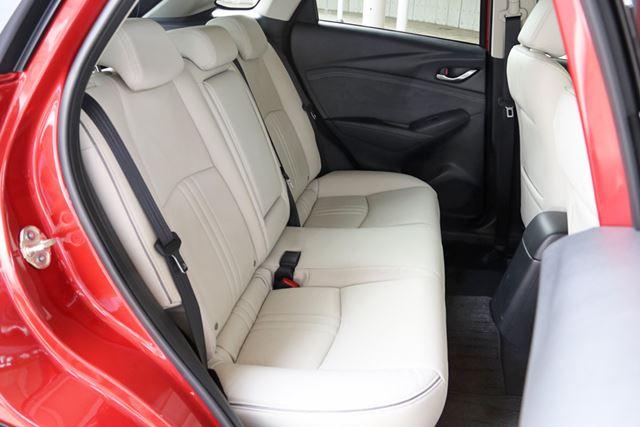 マツダ「CX-3」の後席の座面は、座り心地がいい。視界が改善されれば、後席の乗り心地も快適になるだろう
