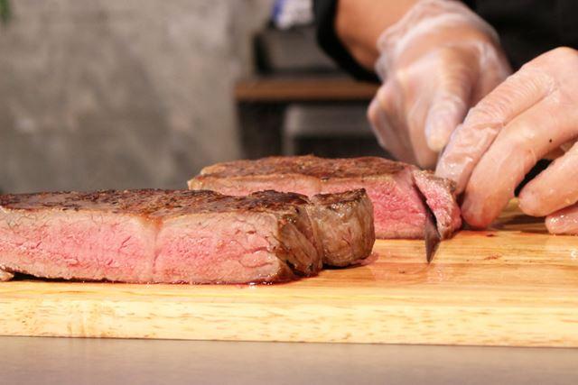 そんなステーキを切ってみると、中はキレイなピンク色! 肉汁もたっぷりです