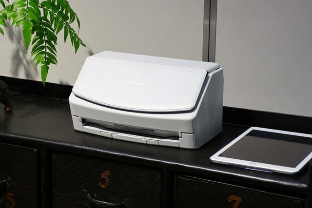 白を基調としたカラーリング。iX500よりも丸みのあるデザインだ