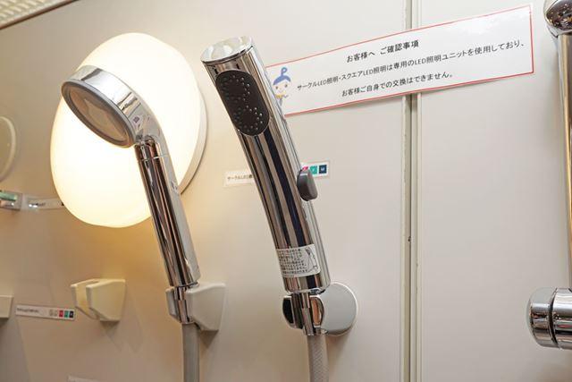 細かなスクリューのシャワーで皮脂油が取れる「エステケアシャワー」(右)と、「W水流シャワー」(左)