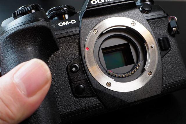 4/3型イメージセンサー採用でボディとレンズの小型軽量化を実現した。レンズの電気接点は11点ある