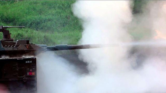 炎が消えてから砲身から白煙が上がっている。砲撃のタイミングが分からないと連写で撮るのは難しい