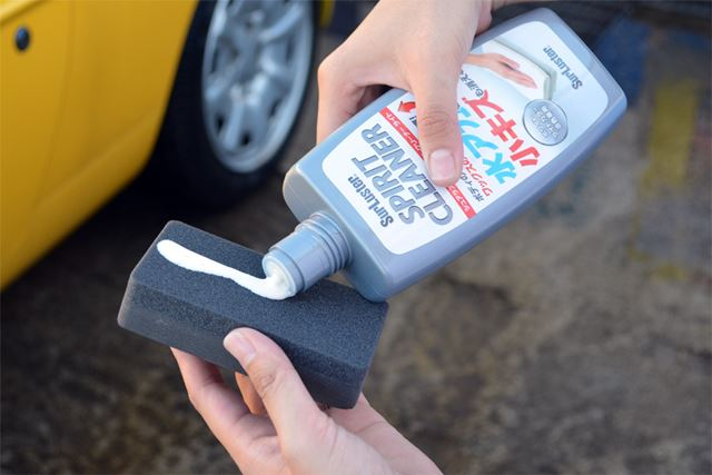 ボトルをよく振ったら、付属のスポンジに塗ります。30cm四方を磨くには、この程度の量で十分です