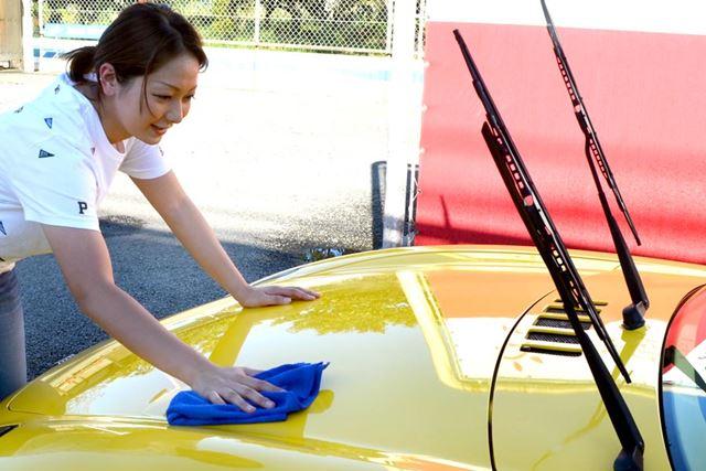 厄介だった黒いタテジマが簡単になくなったことで、洗車嫌いの彼女の磨きモチベーションが向上!