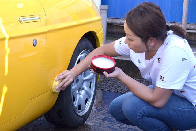 一心不乱に「CAR WAX (カーワックス)」を愛車に塗り込む