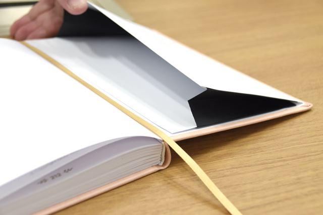 しおり紐は1本付属。巻末にはマチ付きポケットを搭載します