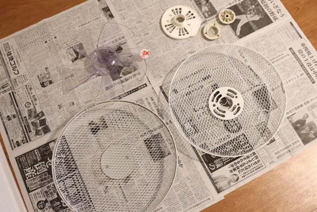 ふきんで水気を拭いたら、新聞紙の上に広げて乾かしておきます