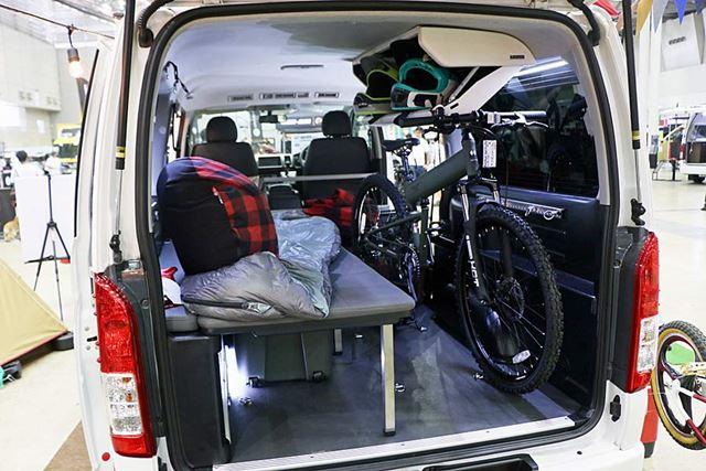 車内にはベッドも設置され、自転車も積載可能。ヘルメットが入っているボックスも同社製のものだ