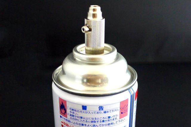 容量190mlのエアー缶が付属。これにまずエアー調整バルブを差し込みます