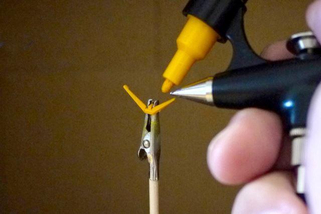 吹き付け範囲が狭くなるので、細かいパーツ塗装に便利です