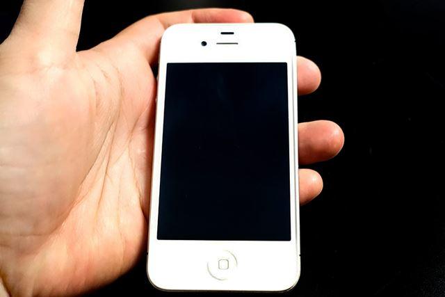 予算の関係で、だいぶ古めな「iPhone 4s」ですが……懐かしい!