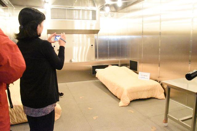 -5℃の人工気候室の中には、ベッドが設置されていた。なんかポップな拷問室のようでシュール