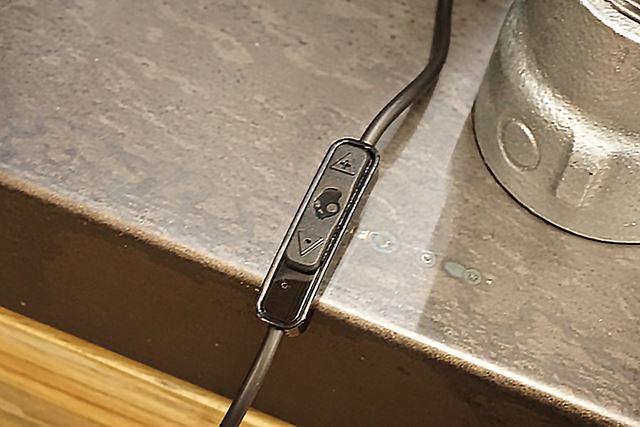 有線接続用ケーブルにも振動量を無段階でコントロールできるスライドスイッチが用意されていた