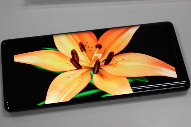 有機ELディスプレイを採用することでコントラスト比の高い映像を実現
