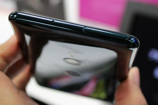 丸みを帯びたボディはXperia XZ2と共通だが、厚さが10mmを下回ったことで携帯性は改善された