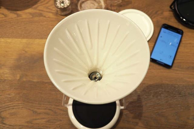 ドリッパーの形は円錐形なので、フィルターもコーン型の紙フィルターを使用します