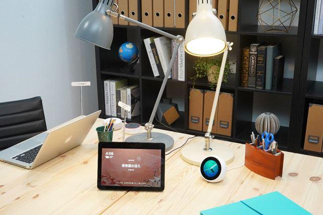 10.1インチHD液晶画面を備えた「Echo Show」。電源は専用ACアダプターから給電する形だ