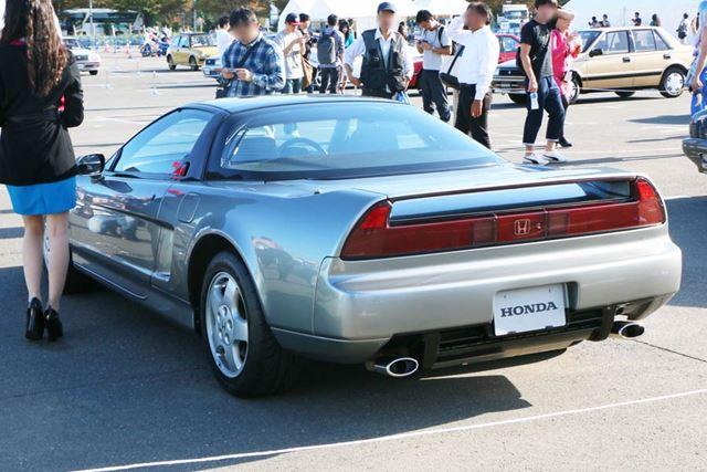 リアから見た姿は、ほかのどの自動車にも似ていない独自性がある。スポーツカーとしてはリアが長めだ
