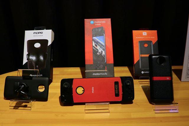 左が「ビークルドック」、中央が「Moto ゲームパッド」、右が「JBL SoundBoost | Speaker」