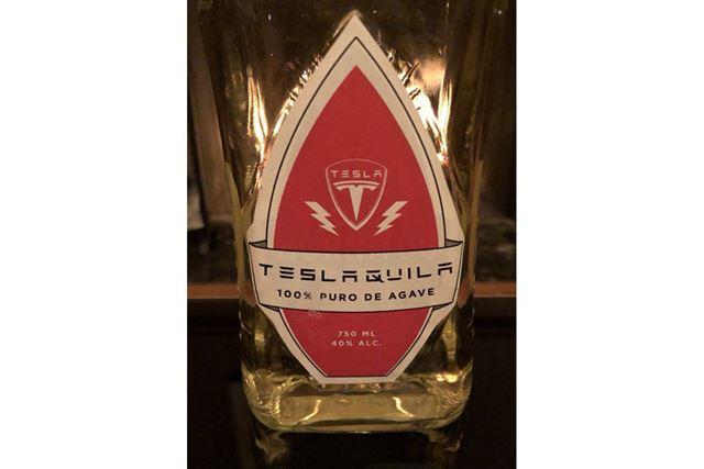 マスク氏がツイートした「Teslaquilla」のボトル(画像はマスク氏のTwitterより)