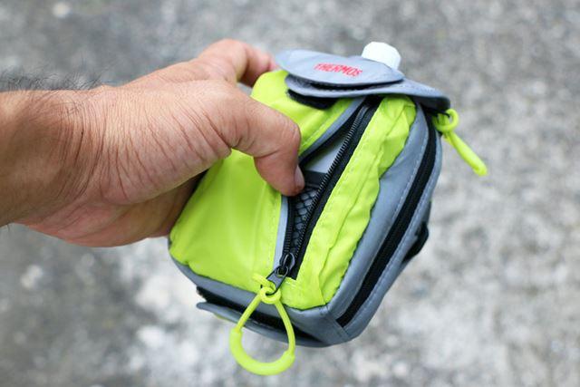 サイドにはカードやカギ、小銭などを入れられるポケットが装備されている